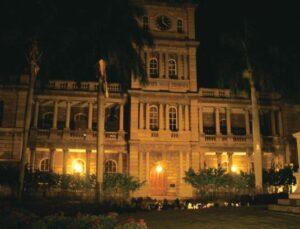 ハワイの歴史を見つめ続けた由緒ある 建物は、夜見ると不気味な印象も