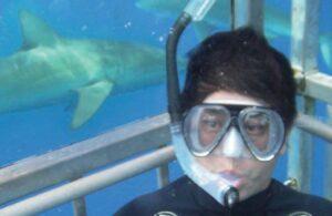 サメと記念撮影
