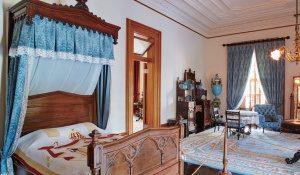舞踏会の時に仮眠したり、身支度を整える際に使われていた王の寝室