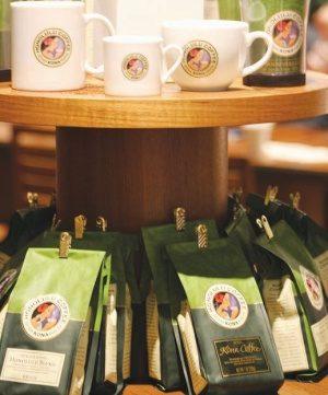 ホノルルコーヒーのトレードマークが付いたカップやコーヒー豆も販売される。ハワイから直輸入だ