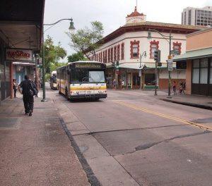 ワイキキからは「2番」と「13番」のバスで行ける
