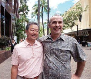 ダウンタウンの成長を支える2人の立役者。ホノルル文化アート地区協会前会 長のエドさん(右)とフォート・ストリート・モール理事のジーンさん