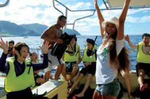 ツアーに参加した観光客は皆、イルカと共にゆりこさん(右)のファンになって帰っていく