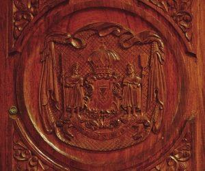ハワイ州の紋章が彫られたドア