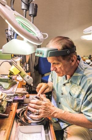 ハワイアンジュエリーを作成するフィリップ・リカード
